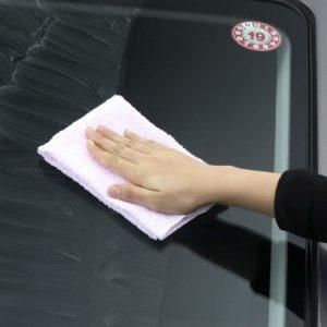 超ガラコの施工手順。乾いた超ガラコを拭き取る作業
