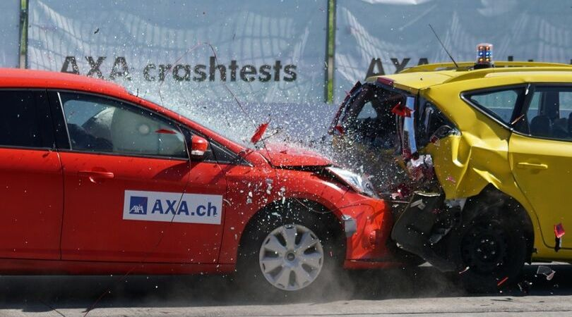 有機ELテレビ・液晶テレビの購入で避けられない失敗をしたイメージを車の衝突で現した写真。